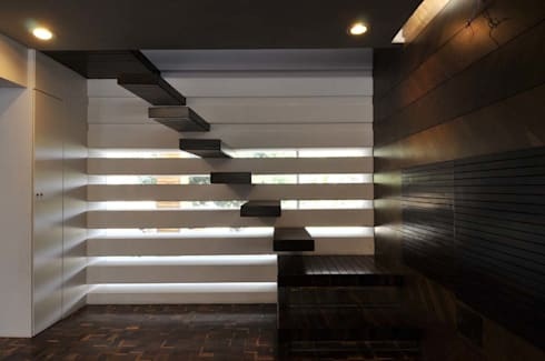Dahanu Farmhouse:  Corridor & hallway by SM Studio