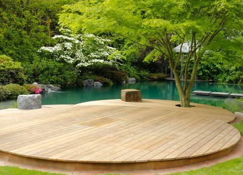 Schwimmteich In Einem Klassischen Garten