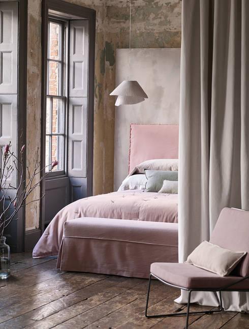 Schlafzimmer romatisch. Rosé Ton in Ton:  Schlafzimmer von Wohnwiese Jette Schlund