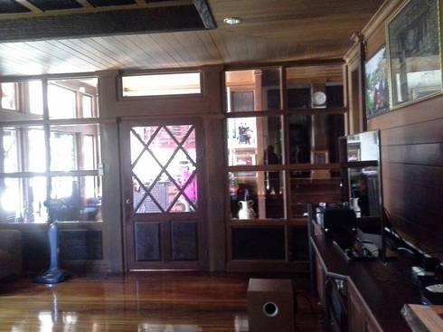 งานตกแต่งไม้จริงบ้านพักอาศัย:  ตกแต่งภายใน by Cnc. Interior Design