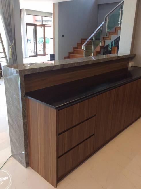 บ้านพักกาญจนบุรี :  ครัวบิลท์อิน by pyh's interior design studio