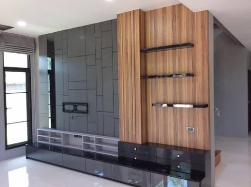 บ้านพักกาญจนบุรี :  ห้องนั่งเล่น by pyh's interior design studio