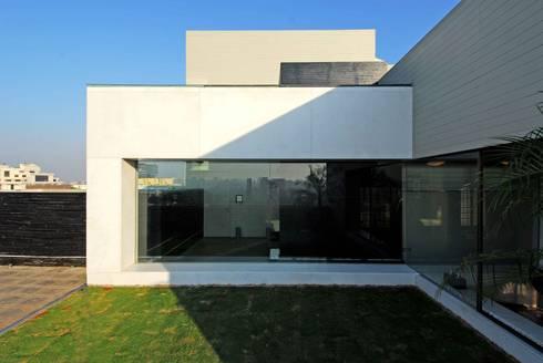 Bandra Residence: modern Houses by SM Studio