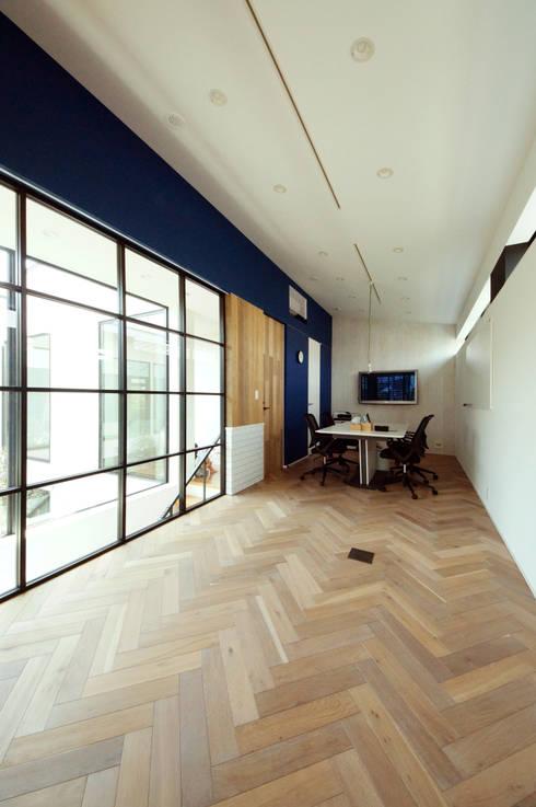 Projekty,  Domowe biuro i gabinet zaprojektowane przez TERAJIMA ARCHITECTS