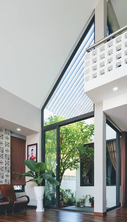 NEW HOUSE:  Mái nghiêng by RÂU ARCH