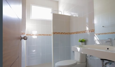 บ้านเดี่ยว สไตล์โมเดิร์น:  ห้องน้ำ by บริษัท ถาวรเจริญทรัพย์ จำกัด