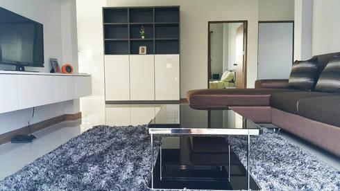 บ้านเดี่ยว สไตล์โมเดิร์น:  ห้องนั่งเล่น by บริษัท ถาวรเจริญทรัพย์ จำกัด