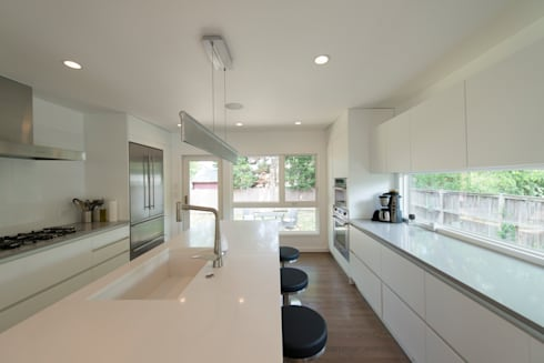 Courtyard House:  Built-in kitchens by ARCHI-TEXTUAL, PLLC