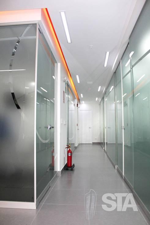 Pasillo - Cubículos de Atención: Oficinas y Tiendas de estilo  por Soluciones Técnicas y de Arquitectura