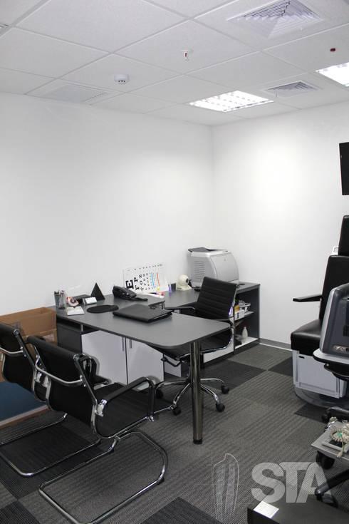 Consultorio Secundario: Oficinas y Tiendas de estilo  por Soluciones Técnicas y de Arquitectura