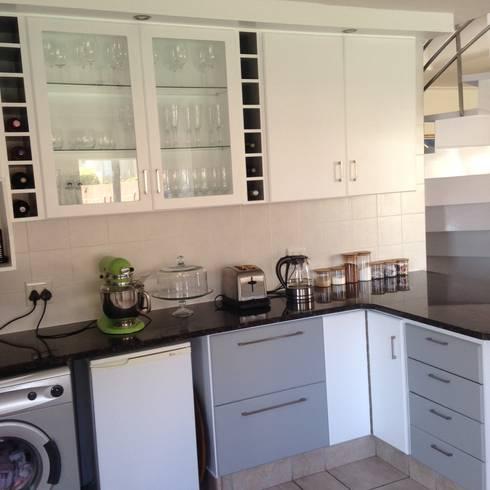 Kitchen Make-over in Harbour Island: modern Kitchen by Cape Kitchen Designs