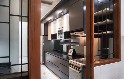 Modern Kitchen at Puri Botanical Garden Residences:  Dapur by Flux Interior