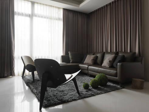 L House / Interior Design:  屋頂 by 三石設計工程行