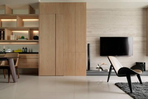 L House / Interior Design:  客廳 by 三石設計工程行