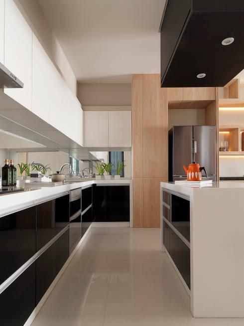 L House / Interior Design:  廚房 by 三石設計工程行
