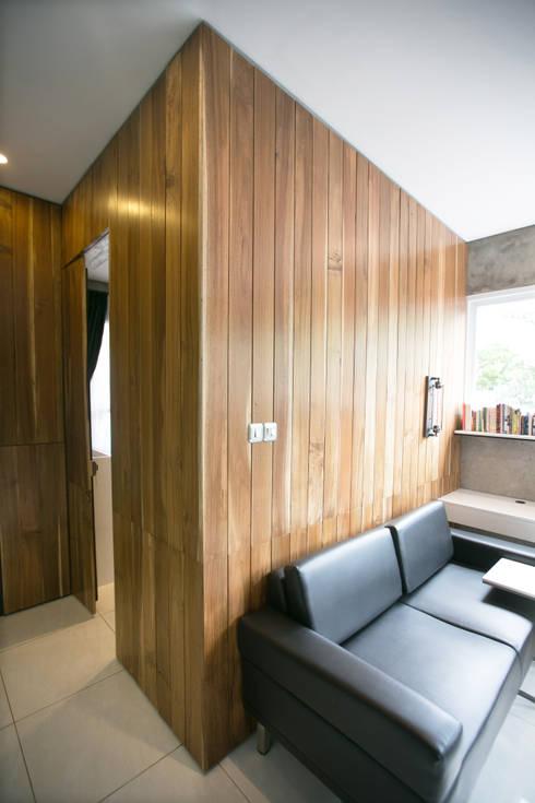 Cipaganti Studio House:  Ruang Keluarga by INK DESIGN STUDIO