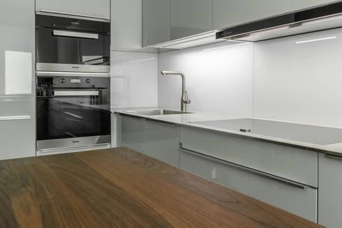 Futuristische Küche in U-Form von BÖHM Interieur | homify
