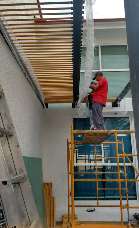 Instalación de Herrería en San Carlos: Garajes abiertos de estilo  por Arkisav