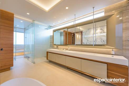 Baño Principal / Master Bathroom: Baños de estilo ecléctico por EspacioInterior