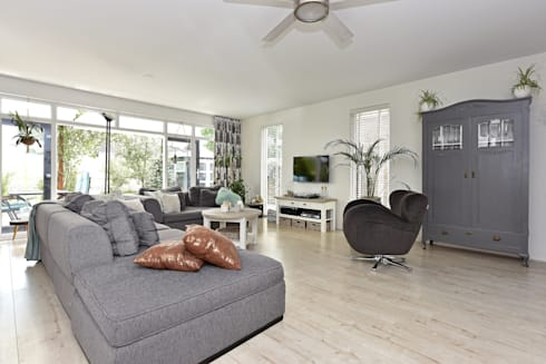 Home staging Portfolio: modern Living room by Miranda Home Staging and Photography