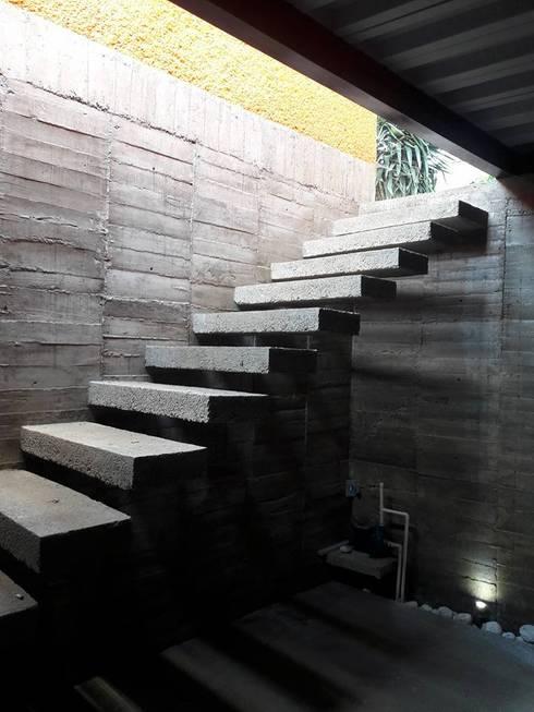 ESCALERA VOLADA: Pasillos y recibidores de estilo  por Bello diseño interior