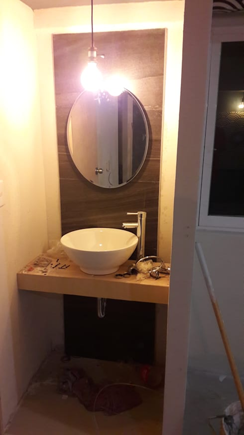 baño de habitacion de hotel: Recámaras de estilo ecléctico por Bello diseño interior