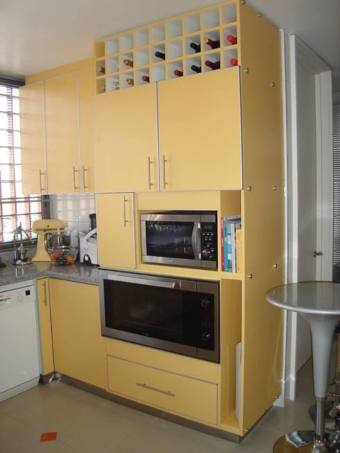 REMODELACION COCINA AMARILLA: Cocinas equipadas de estilo  por AOG SPA