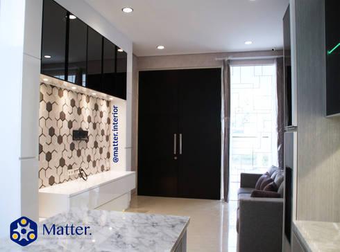 Living area:  Ruang Keluarga by Matter Interior