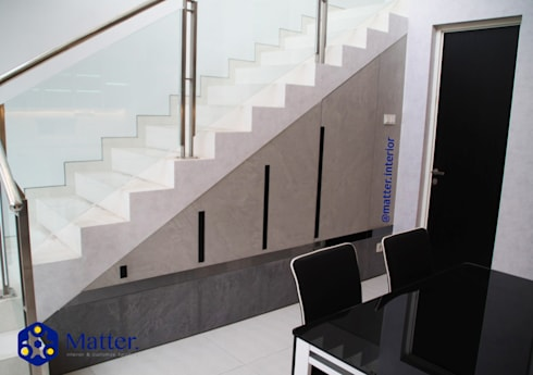Stairs storage room/ bawah tangga:  Koridor dan lorong by Matter Interior