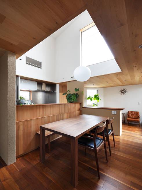 山坂の家: 樋口章建築アトリエが手掛けたダイニングです。