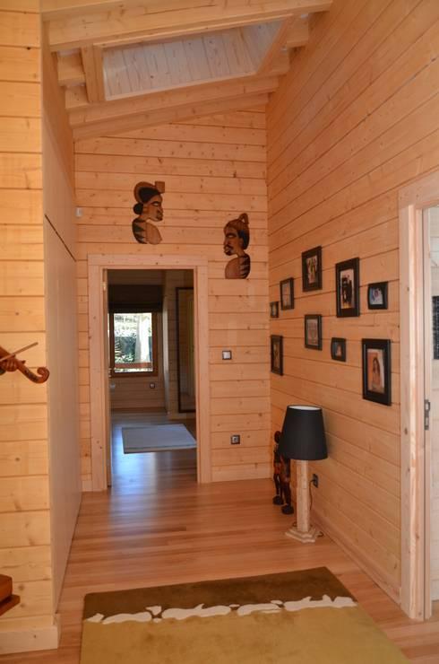 Pasillos y recibidores de estilo  por Rusticasa