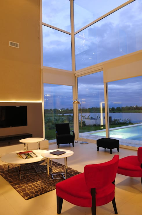 """La Reserva Cardales """"A La Laguna"""": Livings de estilo moderno por Estudio Gore"""