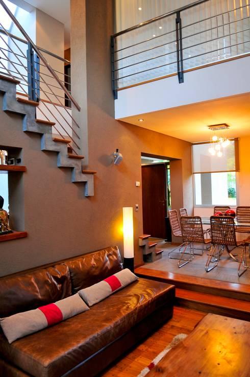 """Casa """"Integración al verde"""": Livings de estilo moderno por Estudio Gore"""