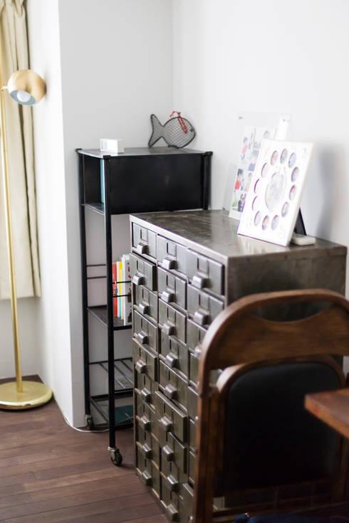 H邸-横浜で選ぶ、19畳のリビングダイニング生活: 株式会社ブルースタジオが手掛けた寝室です。