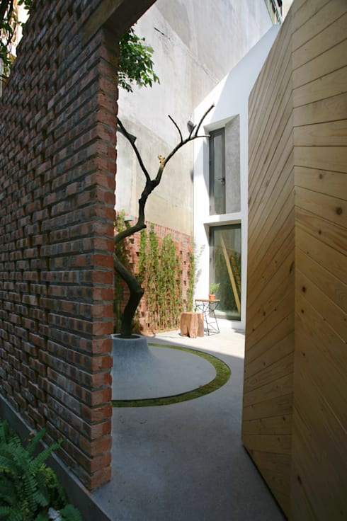 Maison T:  Vườn by NGHIA-ARCHITECT