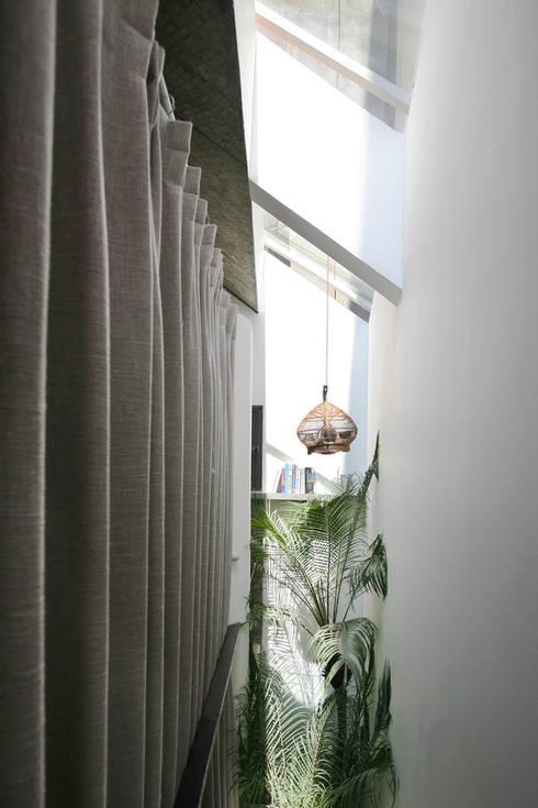 Maison T:  Hành lang by NGHIA-ARCHITECT
