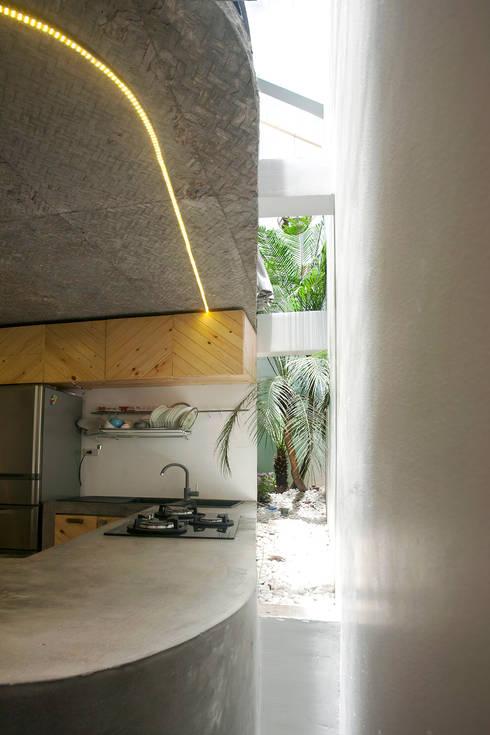 Maison T:  Nhà bếp by NGHIA-ARCHITECT