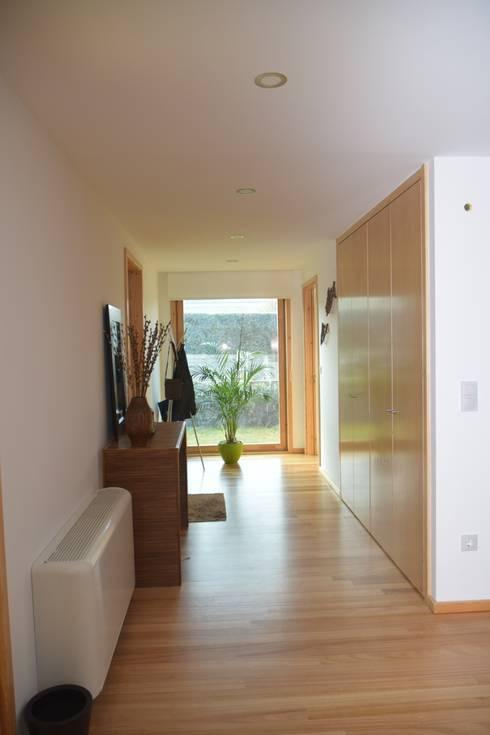 RUSTICASA | Post & Beam | Vila Nova de Gaia: Corredores e halls de entrada  por Rusticasa