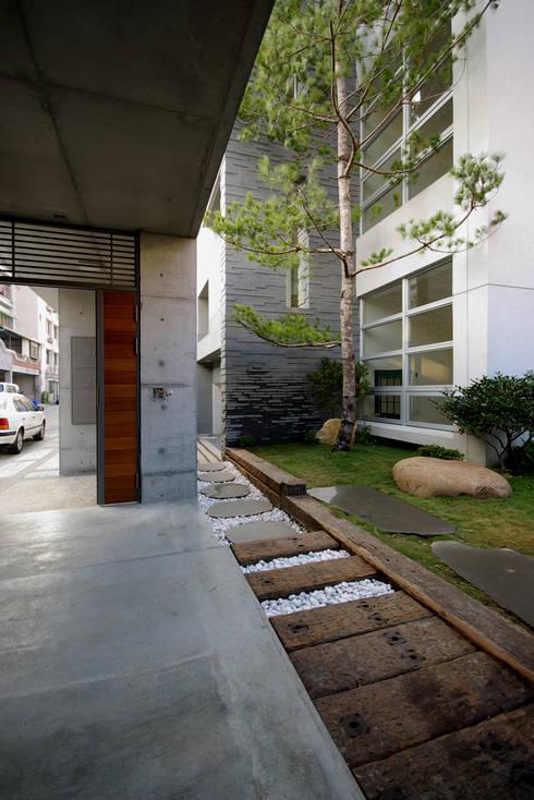 台南12號住宅:  房子 by 築青室內裝修有限公司
