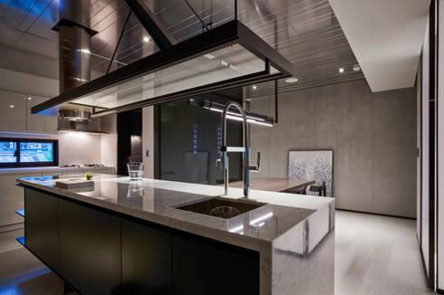 Ru Residence:  廚房 by 沈志忠聯合設計