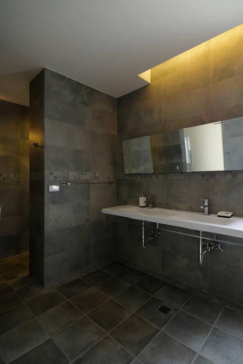 台南12號住宅:  浴室 by 築青室內裝修有限公司