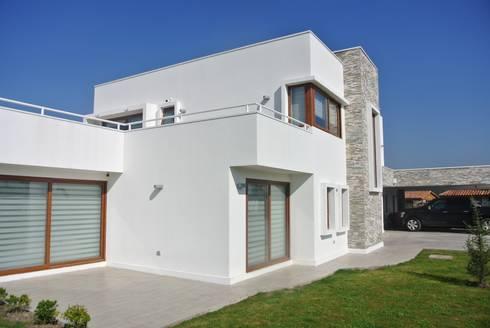 Casa El Golf: Casas de estilo moderno por AtelierStudio