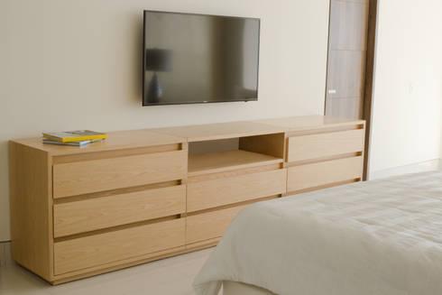 Cómoda - Mobiliario para tv: Dormitorios de estilo  por Monica Saravia