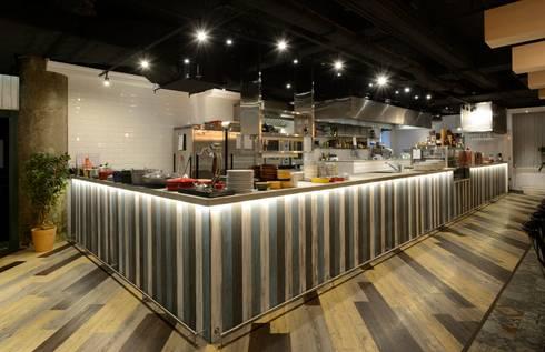 Bistro Bon:  Commercial Spaces by Artta Concept Studio