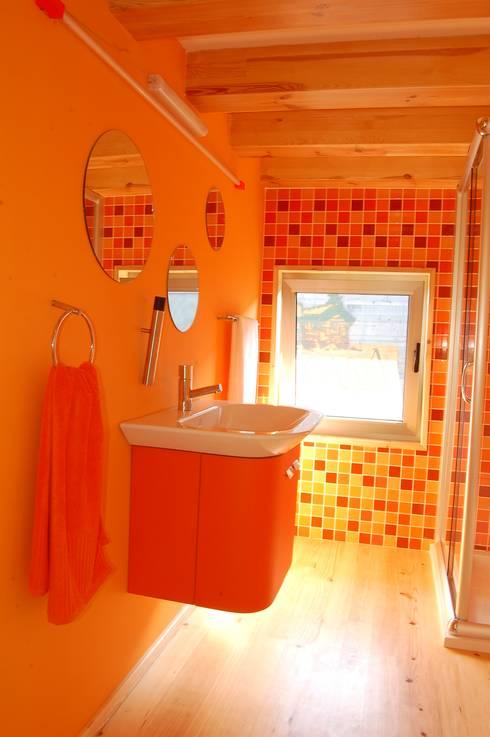 RUSTICASA | Casa modelo | Vila Nova de Cerveira: Casas de banho  por Rusticasa