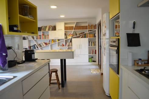 Vivienda Rendic: Cocinas de estilo ecléctico por Qarquitectura