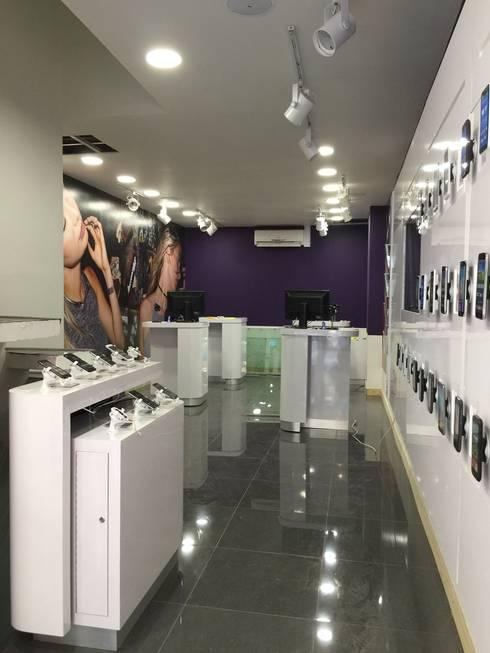 Habilitación sala ventas WOM <q>Puente</q>: Espacios comerciales de estilo  por Qarquitectura