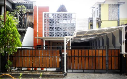 Perspektif Tampak Depan:  Rumah tinggal  by studioindoneosia