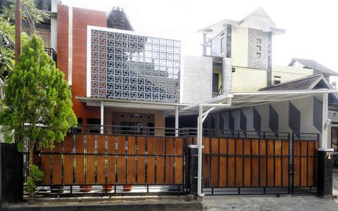 Perspektif tampak depan:  Rumah by studioindoneosia