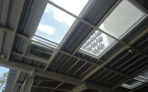 Atap transparan tempered glass:  Atap by studioindoneosia